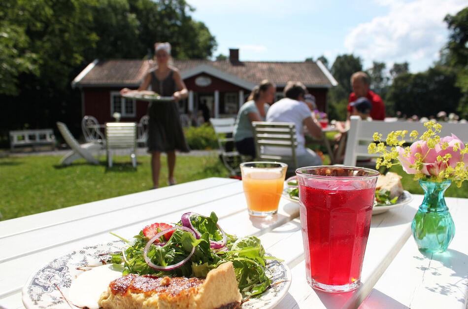 Servering i hagen på Skafferiet - FOTO Ringsaker kommune