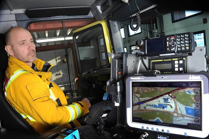 Kenneth sitter i brannbilen
