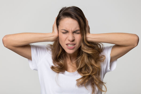 SAMMENHENG. Folkehelseinstituttets forskning viser at det er sammenheng mellom tinnitus og annen smerte. Illustrasjonsfoto. Colourbox