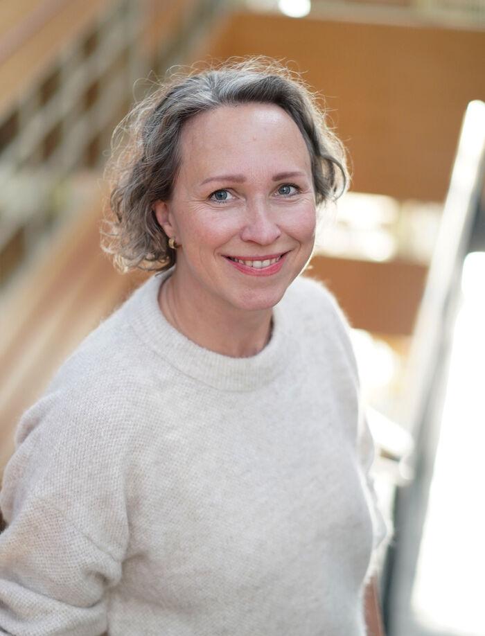 BEHANDLING. Audiopedagog Guri Engernes Nielsen har tro på parallell behandling av tinnitus og smerte. Foto. Uio.no