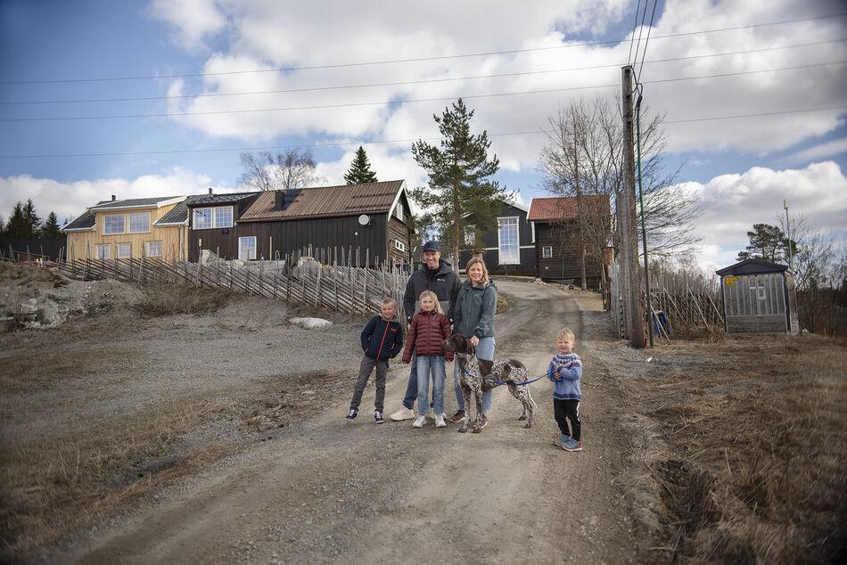 Familie foran småbruk
