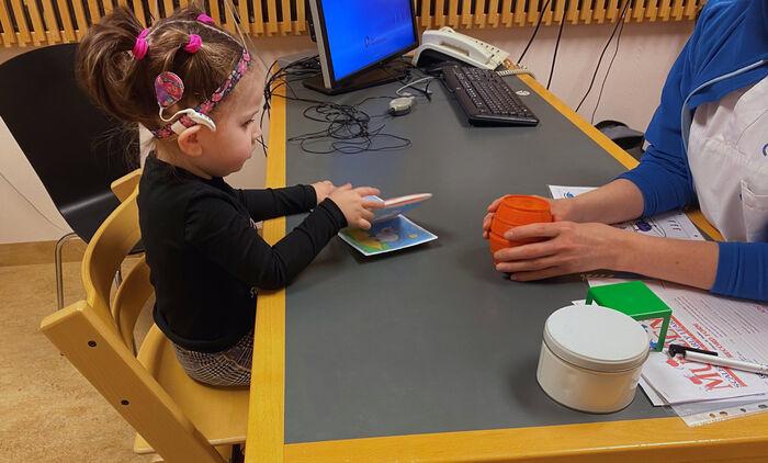 ETTÅRSKONTROLL. 11. februar 2020 fikk Wilma cochleaimplantat (CI). På ettårskontrollen med audiopedagog på Rikshospitalet imponerer hun med god språkforståelse. (Foto. Erika Brynhildardottir)