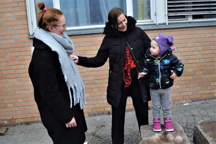 IMPONERT. Brynhildur Johansdottir er stolt over datterens kamp for Wilmas hørsel og er selv en viktig støttespiller for de to jentene i hverdagen.