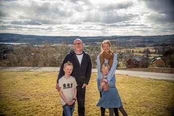 To voksne og to barn foran utsikt mot nordvest