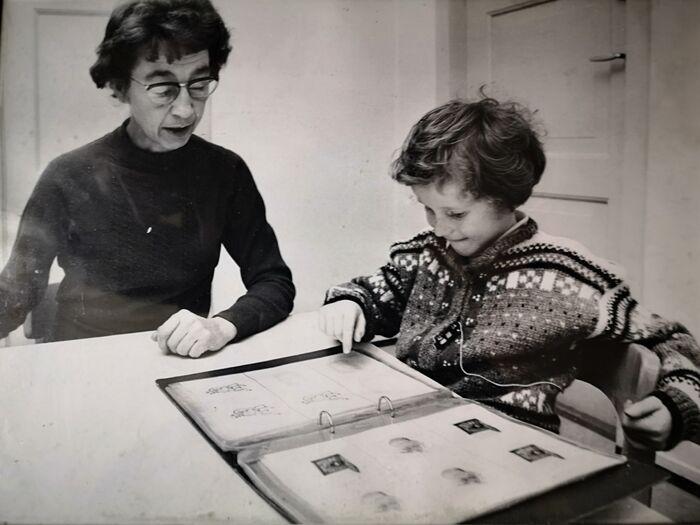 Rita som barn i 1970, der hun sitter sammen med logoped ved Logopedisk kontor i Bergen.