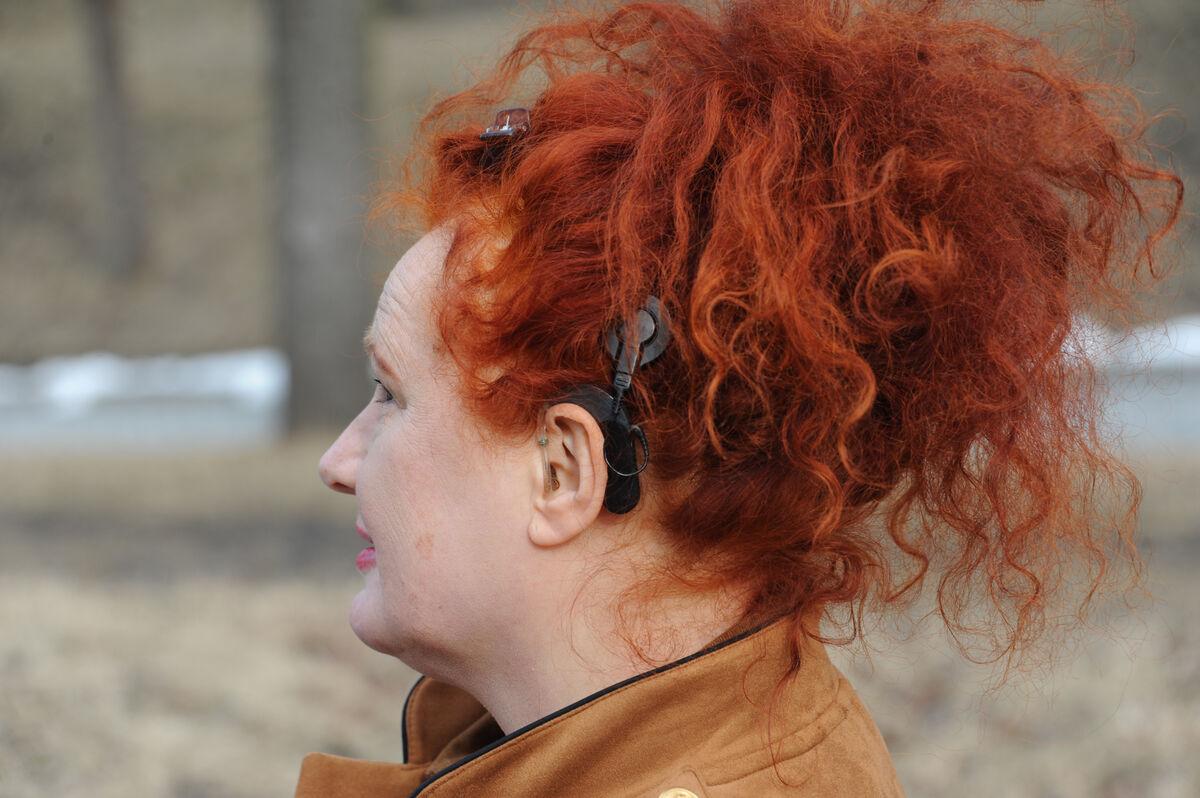GODT UTSTYRT. Rita fikk sitt første høreapparat som femåring og har cochleaimplantat på venstre side. Det er mange år siden hun var flau over å vise frem apparatene og gjemte dem under håret.