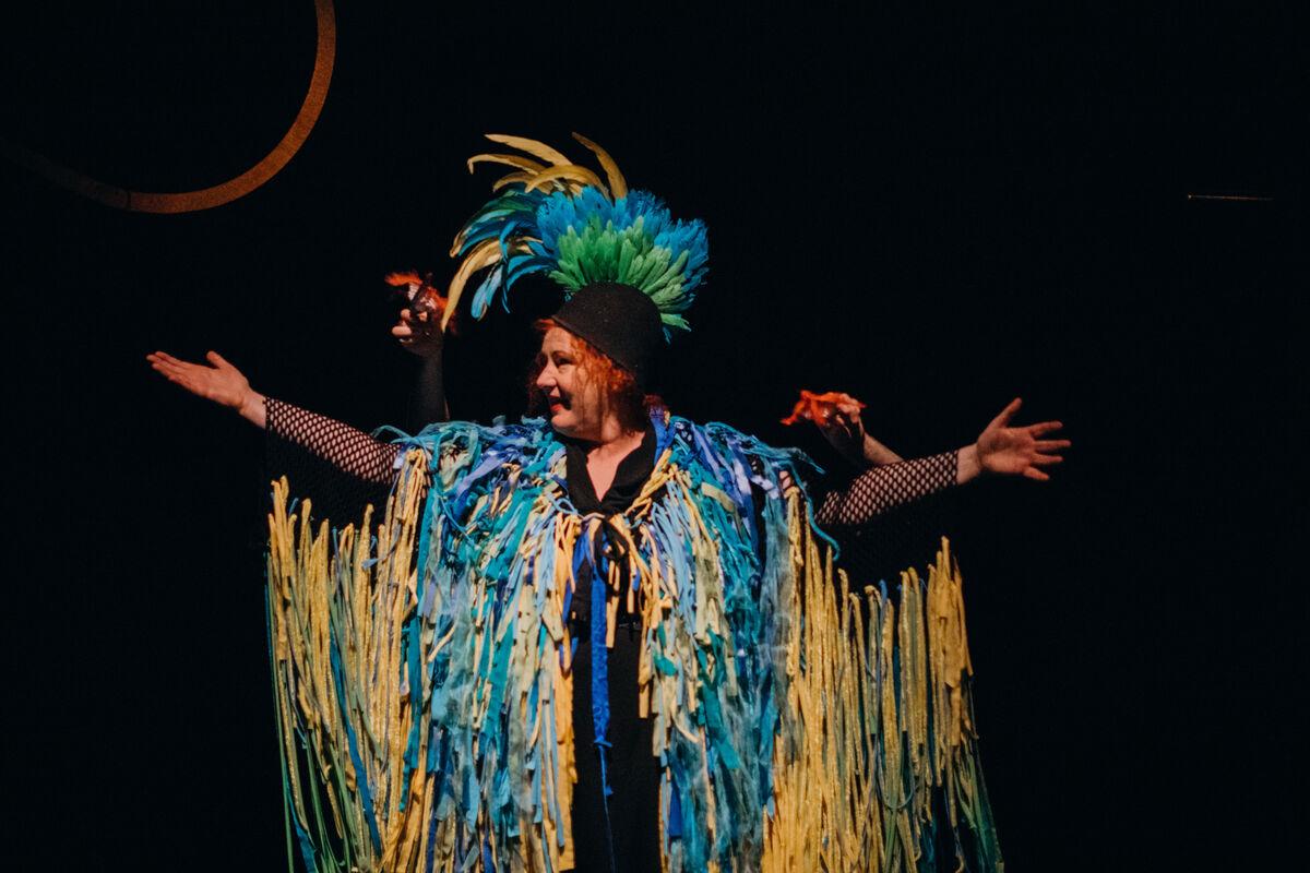 BARNEFORESTILLING. Dans er et instrument i seg selv, ifølge Rita. Hun spiller piano og papegøye i Tumble in the Jungel, som har vært satt opp 65 steder i landet. Foto. Tale Hendnes