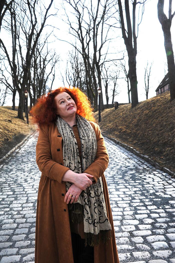TAKKNEMLIG. Rita Lindanger har lært å leve med kronisk tinnitus og svimmelhet. Hun sysselsetter seg selv og hjernen med positive ting og synes hun har mye å glede seg over: Musikk, litteratur, naturopplevelser, frihet, god helse og gode relasjoner til