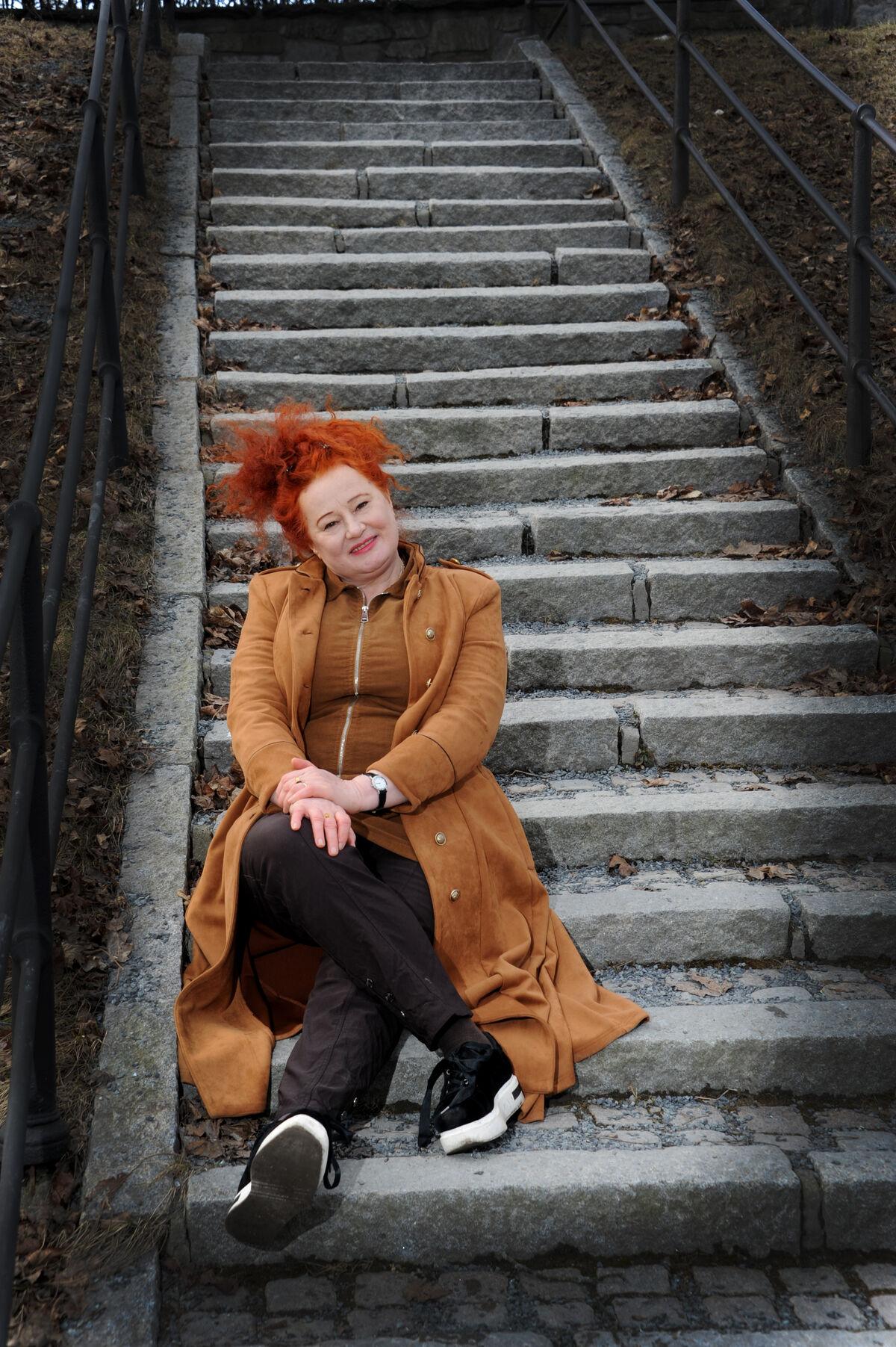 Rita Lindanger sittende i trapp