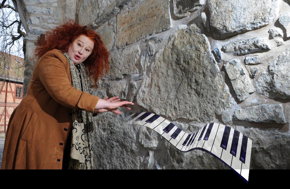 MANGE TALENTER. - Selvfølgelig går det an å spille luftpiano! Musiker, skuespiller og kulturformidler Rita tar et lite stykke på Akershus Festning.