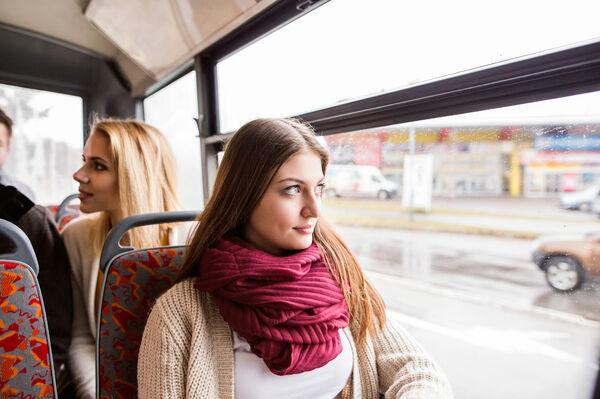 ERFARINGER TELLER. Både alder og personlige opplevelser avgjør hvorvidt det å bruke høreapparat er sosialt stigmatiserende. Unge under 30 år opplever mest stigma. Illustrasjonsfoto. Colourbox