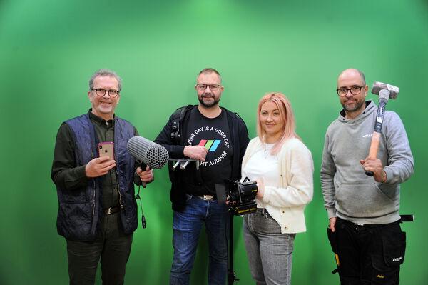 SOSIALE ENTREPRENØRER. Tegnspråk er det de alle har til felles på jobb. Fra venstre prosjektleder Bjørn A. Kristiansen (NTS Kompetanse), daglig leder Finn Arild Thordarson og produsent Vivi Hurtley (Supervisuell) og daglig leder Tomas Blix (NTS Bygg)
