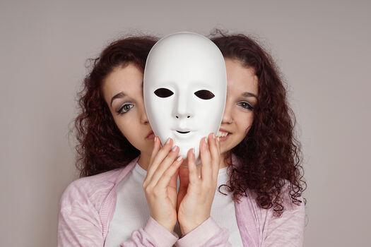 INDENTITET. Har du et positivt og nyansert syn på deg selv, eller føler du deg mindre verdt enn andre mennesker rundt deg? Både selvfølelsen og det vi tenker om oss selv har betydning for identiteten vår. Illustrasjonsfoto. Colourbox.