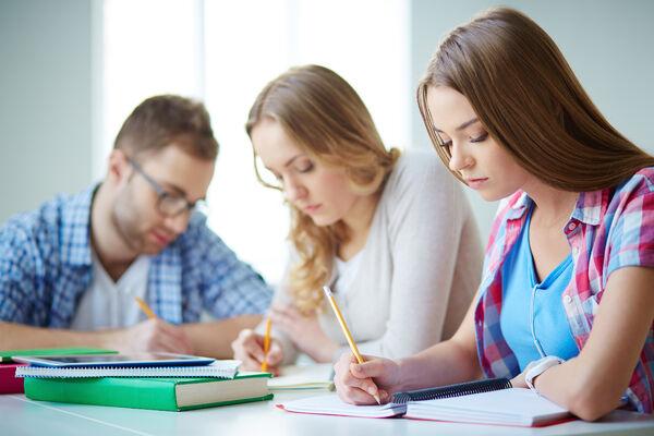 EN VEI Å GÅ. En ny rapport viser at skolen har en lang vei å gå for å sikre hørselshemmede elever en likeverdig skolegang. Foto. Colourbox