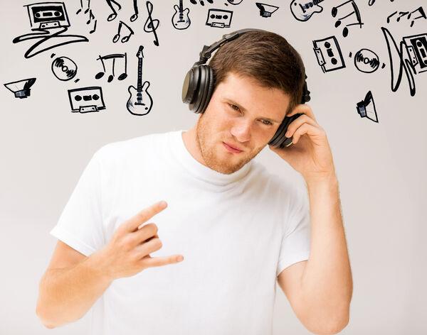IKKE FARLIG, MEN..: Lyd rett i øret med moderat volum skal ikke være farlig, men høy lydstyrke over lang tid kan ødelegge hørselen. Foto Colourbox