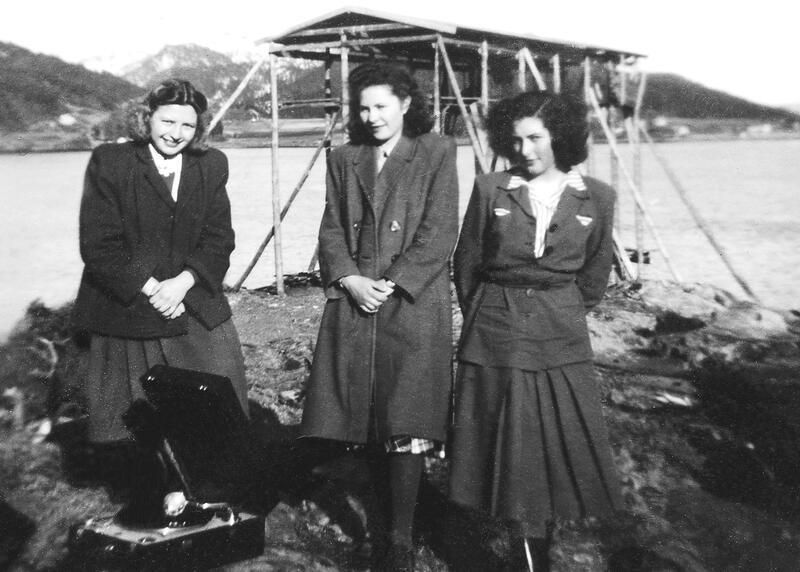 Skrøvsetholmen: Attmed nothenga møttest ungdommen i gamle dagar – gjerne med grammfonmusikk. Frå venstre Gyda Settem (Stolsmo), Nancy Settem (Bøe) og Sigrun Sættem (Wolden). (Fotoeigar: Bøfjorden Historielag)