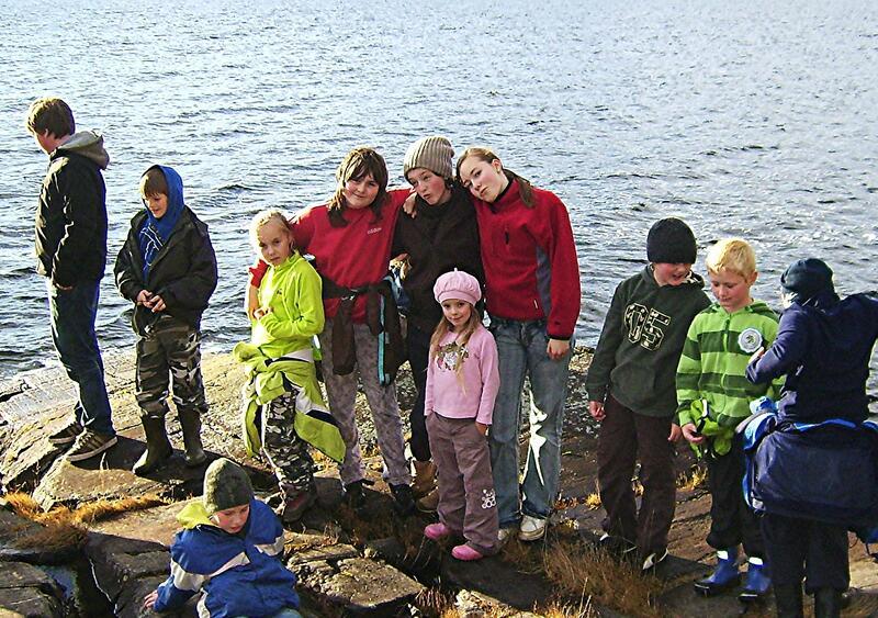 Mannbjønnberget: Her hoppa gjetarjenta i sjøen for å koma unna bamsen. Biletet  er frå ein skuletur i 2009. (Foto: Bernt G. Bøe)