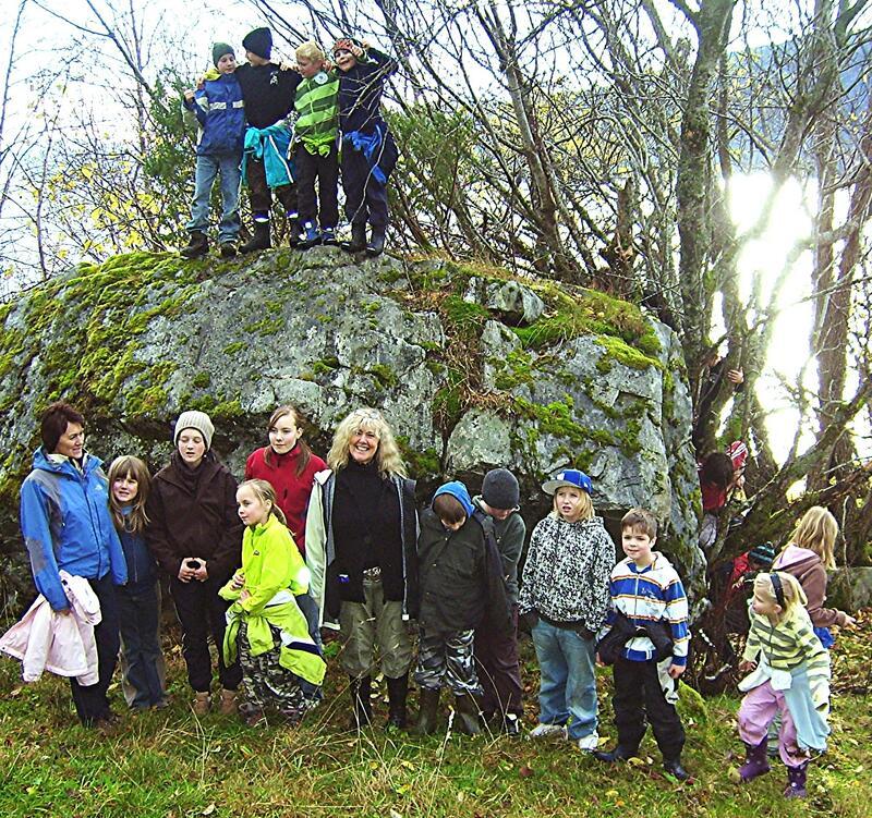 Jutulsteinen: Segna fortel at jutulen på Svinnesnebba kasta denne steinen over fjorden. Bøfjorden Barnehage på besøk i 2005. (Foto: Bernt G. Bøe)