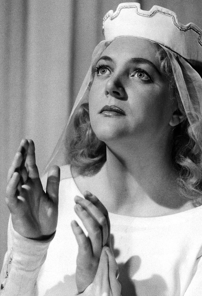 Operastjerne: Hjørdis Lauenborg (1924-1988) stamma frå Sjølgjetla ved Kalset. Her som Elsa i «Lohengrin» på Det Kongelige Theater i København. (Fotoeigar: Bøfjorden Historielag)