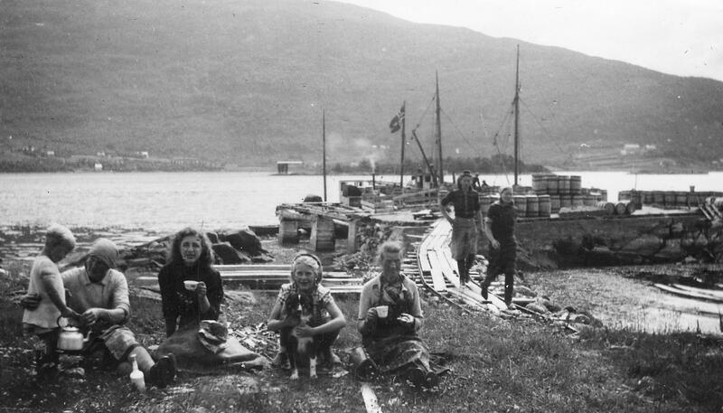 Livleg: Sildarbeid på Skrøvsetskjeret i 1940. (Fotoeigar: Bøfjorden Historielag)