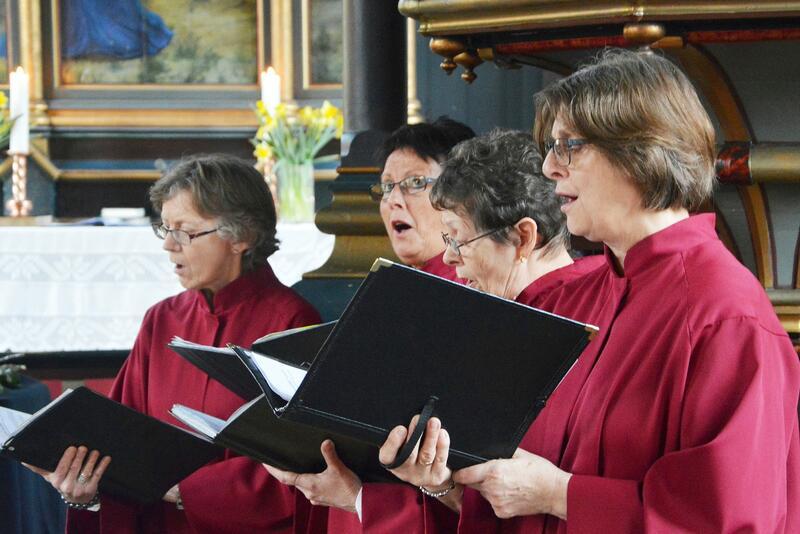 Desse og fleire frå Prosjekt 17 syng gregoriansk og folketonar. Frå venstre Kari Sæther, Kirsten B. Bøe, Inger Garthe og Randi V. Bøe. (Foto Bernt G. Bøe)