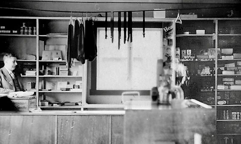 Butikken Innergarden vart starta av Aage Garthe i 1930-åra. Truleg er det han vi ser til venstre på dette biletet frå rundt 1940. (Bøfjorden Historielag)