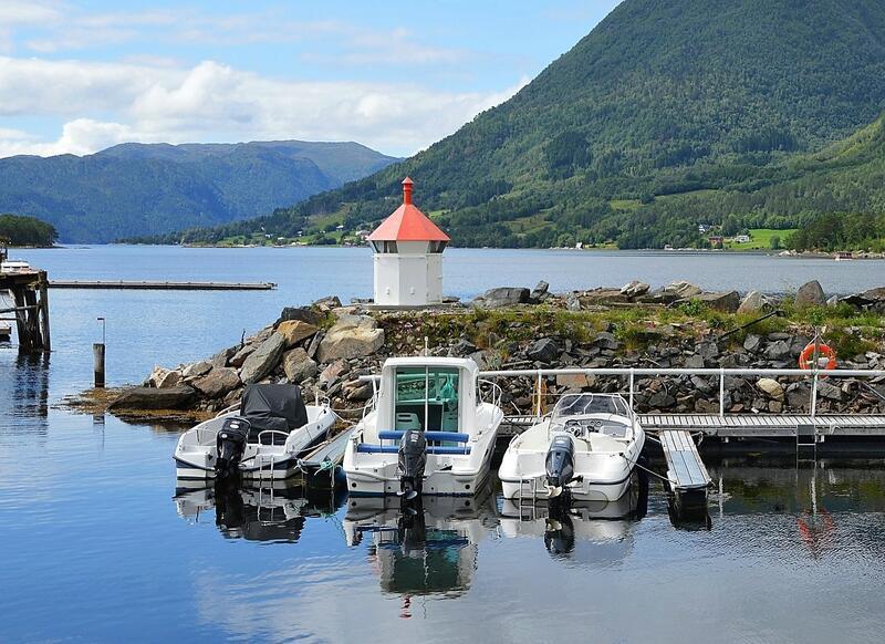 Småbåthamna attmed Elvanesset fekk ein ny attraksjon i 2019, da lykta frå Storberget vart flytta hit. (Foto Bernt G. Bøe)