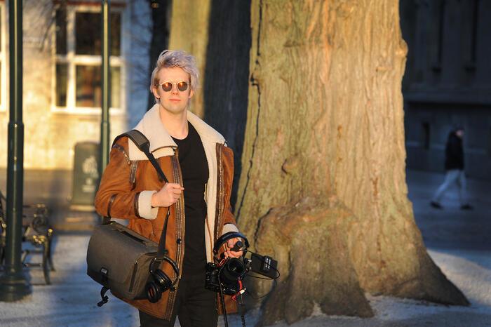 Nicholas Lund med kamera og opptaksutstyr i Trondheims gater på vei til jobboppdrag
