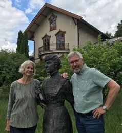 Bokas forfattere sammen med Katti Anker Møller utenfor Sagatun på Hamar