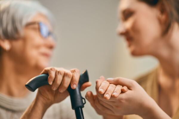OMSORG. Bedre hørselskompetanse i både spesialist- og primærhelsetjenesten er viktig for en god hørselsomsorg. Foto. Colourbox
