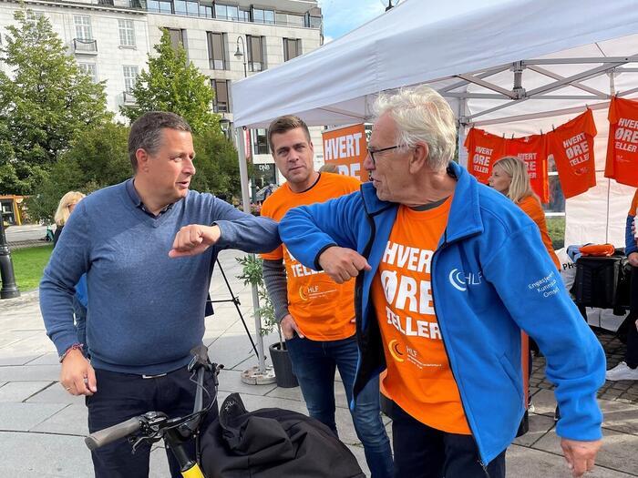 Espen Andreas Hasle (KrF) bystyremedlem i Oslo, koronahilser på likeperson Øivind Skottland i HLF Oslo og HLFs generalsekretær Henrik Peersen.