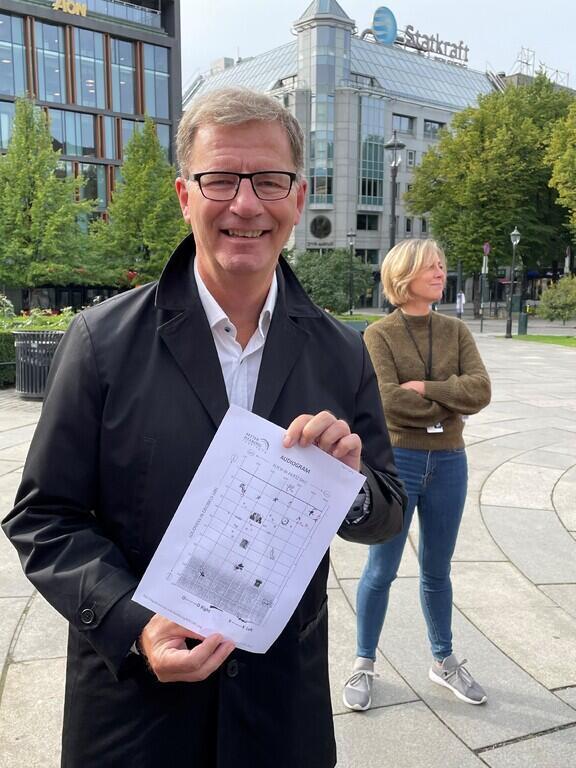 Helsebyråd Robert Steen viser frem det gode resultatet av hørselstesten han har fått