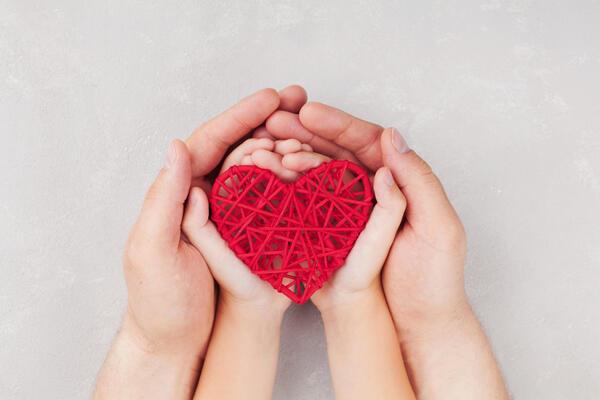 Barn og voksen med hjerte