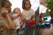 Mor med barn og hjemmekontor